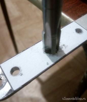 Устройство для сверления отверстий под шканты в торце доски или плиты ДСП